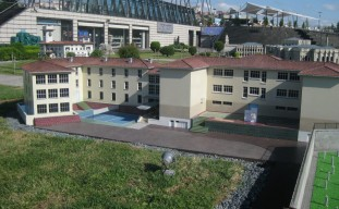 Miniatürk içerisinde yer alan Pertevniyal Lisesi maketi.